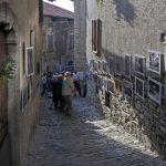 Strada con quadri